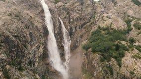 4l - Tir aérien plus de deux cascades puissantes parmi les roches en pierre dans Caucase banque de vidéos