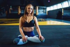 L'?tirage de la fille de gymnaste faisant le yoga exersizes image stock