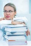 L'étudiant en médecine féminin assez jeune est fatigué de l'étude Images stock