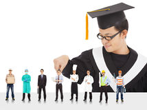 L'étudiant masculin d'obtention du diplôme ont différentes carrières à choisir. Image libre de droits