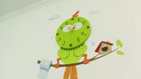 L'uccello dell'orologio di pareti video d archivio