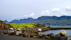 L'uccello di pietra Eggs aka le uova al monumento allegro della baia, Djupivogur Islanda Fotografia Stock