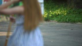 L'uccello sta camminando finché il bello artista della ragazza non sia sulle feci nella tavolozza della tenuta e del parco con le stock footage