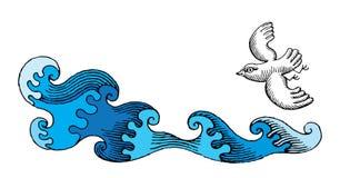 L'uccello sta volando sopra il mare selvaggio Immagine Stock