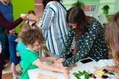 L'Ucraina, Cernigov, centro coworking di Svitoglyad, il 25 maggio 2019: Una classe matrice per i bambini in età prescolare, scien immagini stock libere da diritti