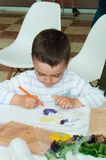 L'Ucraina, Cernigov, centro coworking di Svitoglyad, il 25 maggio 2019: Una classe matrice per i bambini in età prescolare, scien fotografia stock libera da diritti