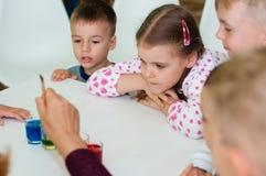 L'Ucraina, Cernigov, centro coworking di Svitoglyad, il 25 maggio 2019: Una classe matrice per i bambini in età prescolare, scien immagine stock libera da diritti