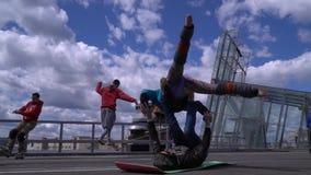 L'UCRAINA, DNIPRO - 24 APRILE 2018: La gente cammina su una corda per funamboli, è impegnata in acrobatica con supporto archivi video