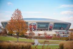 L'UCRAINA, DONEC'K, 28 OTTOBRE, 2015: Ammucchi la passeggiata fuori nuovo dello stadio di calcio di Shakhtar Donec'k Fotografia Stock