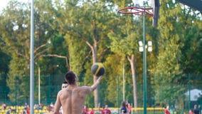 L'Ucraina Harkìv Oktober 1, 2017: Un giocatore nello streetball fa una schiacciata stock footage