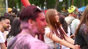 L'Ucraina, Kharkov, 2018: La gente celebra il festival di colori di Holi Partito all'aperto fresco e moderno Celebrazione di Holi video d archivio