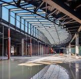 L'Ucraina, Kiev Alta costruzione di aumento che va in su Progredisca nella costruzione della Repubblica del centro commerciale Immagine Stock