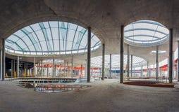 L'Ucraina, Kiev Alta costruzione di aumento che va in su Progredisca nella costruzione della Repubblica del centro commerciale Fotografie Stock