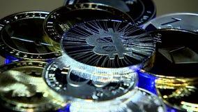 l'ucraina kiev Bitcoins di rotazione in un fascio luminoso archivi video