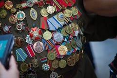 L'UCRAINA, KIEV, il 9 maggio 2016, Victory Day, il 9 maggio Monumento ad un soldato sconosciuto: I veterani della seconda guerra  Immagine Stock Libera da Diritti