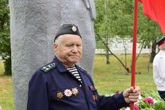 L'Ucraina, Kiev - 05 9 2016: La gente celebra il giorno della vittoria nelle vie della città, un musicista militare fotografia stock libera da diritti