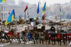 L'Ucraina, Kiev La via protesta a Kiev, una barriera con i rivoluzionari Immagine Stock