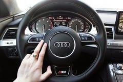 L'Ucraina, Kiev 20 marzo 2015 Un uomo tiene il volante di un'automobile di lusso Anello di oro sulla sua mano Audi S8 immagini stock