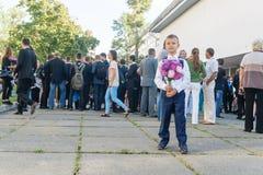 L'Ucraina Kiev - 1° settembre 2016 Il ragazzo del primo selezionatore con flusso Immagine Stock