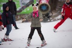 L'Ucraina, Kiev stazione sciistica Protasov Yar 25 gennaio 2015 Il pendio dello sci nel centro urbano Scuola dello sci per i bamb fotografia stock libera da diritti