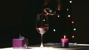 L'Ucraina, Kiev Una bottiglia di vino rosso e di un vetro per vino stock footage