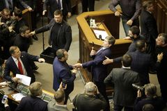 11 26 L'Ucraina 2018 kiev Verkhovna Rada dell'Ucraina Votando per la legge su legge marziale in Ucraina Delegati dell'ucranino fotografia stock libera da diritti