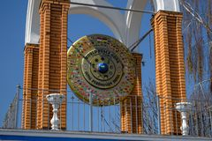 L'Ucraina, Kremenchug - aprile 2019: Gong di pace di mondo immagini stock libere da diritti