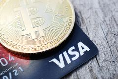L'Ucraina, Kremenchug - marzo 2019: Bitcoin dorato sulla carta di visto fotografia stock libera da diritti