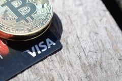 L'Ucraina, Kremenchug - marzo 2019: Bitcoin sulla carta di visto fotografia stock