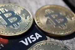 L'Ucraina, Kremenchug - marzo 2019 Bitcoins dorato sulla carta di visto fotografia stock