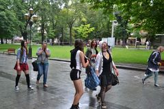 L'UCRAINA, Leopoli-luglio 15,2015: Gruppo di adolescenti travestiti come zombie che camminano tramite le vie di Leopoli immagine stock libera da diritti