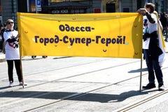 L'UCRAINA, ODESSA - 1° aprile 2019: una celebrazione di umore e della risata, Humorina, giovani che tengono un manifesto comico immagini stock