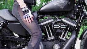 30 05 2018 - L'Ucraina Primo piano della femmina del piede con i tatuaggi in scarpe da tennis su un motociclo Primo piano del mot archivi video