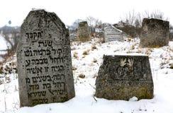 11 23 2014 l'ucraina Un vecchio cimitero ebreo Pietre tombali antiche con le iscrizioni nell'yiddish che attacca dalla terra Fotografia Stock Libera da Diritti