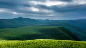 l'ucranino catturato maschera delle montagne di alba dei carpathians era stock footage