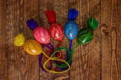 L'ucranino ha colorato le uova di Pasqua con gli ornamenti su un fondo di legno fotografie stock libere da diritti