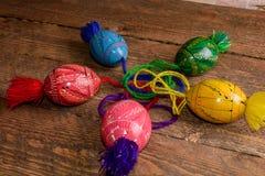 L'ucranino ha colorato le uova di Pasqua con gli ornamenti su un fondo di legno Immagine Stock