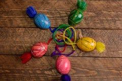 L'ucranino ha colorato le uova di Pasqua con gli ornamenti su un fondo di legno Immagine Stock Libera da Diritti