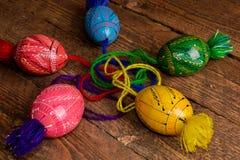 L'ucranino ha colorato le uova di Pasqua con gli ornamenti su un fondo di legno fotografia stock