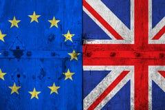 L'UE bleue d'Union européenne de Brexit diminuent et demi drapeau de la Grande-Bretagne sur la vieille porte en bois Photo stock