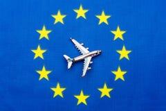 L'UE diminuent et l'avion Le concept du voyage Photographie stock
