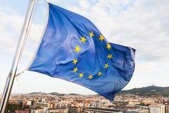 L'UE marquent des flottements au-dessus de ville de Barcelone Images stock