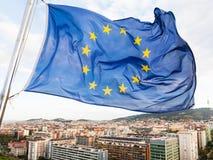 L'UE marquent des flottements au-dessus des maisons dans la ville de Barcelone Photo libre de droits