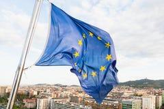 L'UE marquent le flottement par le vent au-dessus de Barcelone Photo stock