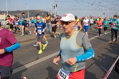 L?ufer, die am Prag-Halbmarathon teilnehmen lizenzfreies stockbild