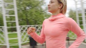 L?ufer - laufendes Freien der Frau, Training, Gewichtsverlustkonzept stock video