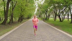 L?ufer - laufendes Freien der Frau, Training, Gewichtsverlustkonzept stock video footage