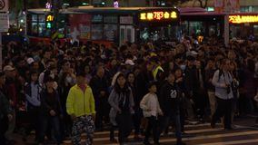 L'ufficiale di polizia asiatico del movimento lento, regola i pedoni del movimento attraverso video d archivio
