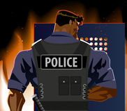 L'ufficiale di polizia con uno schermo Tumulto, fuoco, il terrorismo Fotografia Stock Libera da Diritti