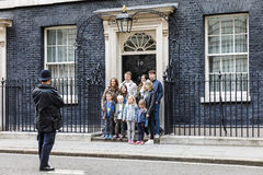 L'ufficiale di polizia metropolitano ha fotografato un gruppo di turisti Fotografia Stock Libera da Diritti